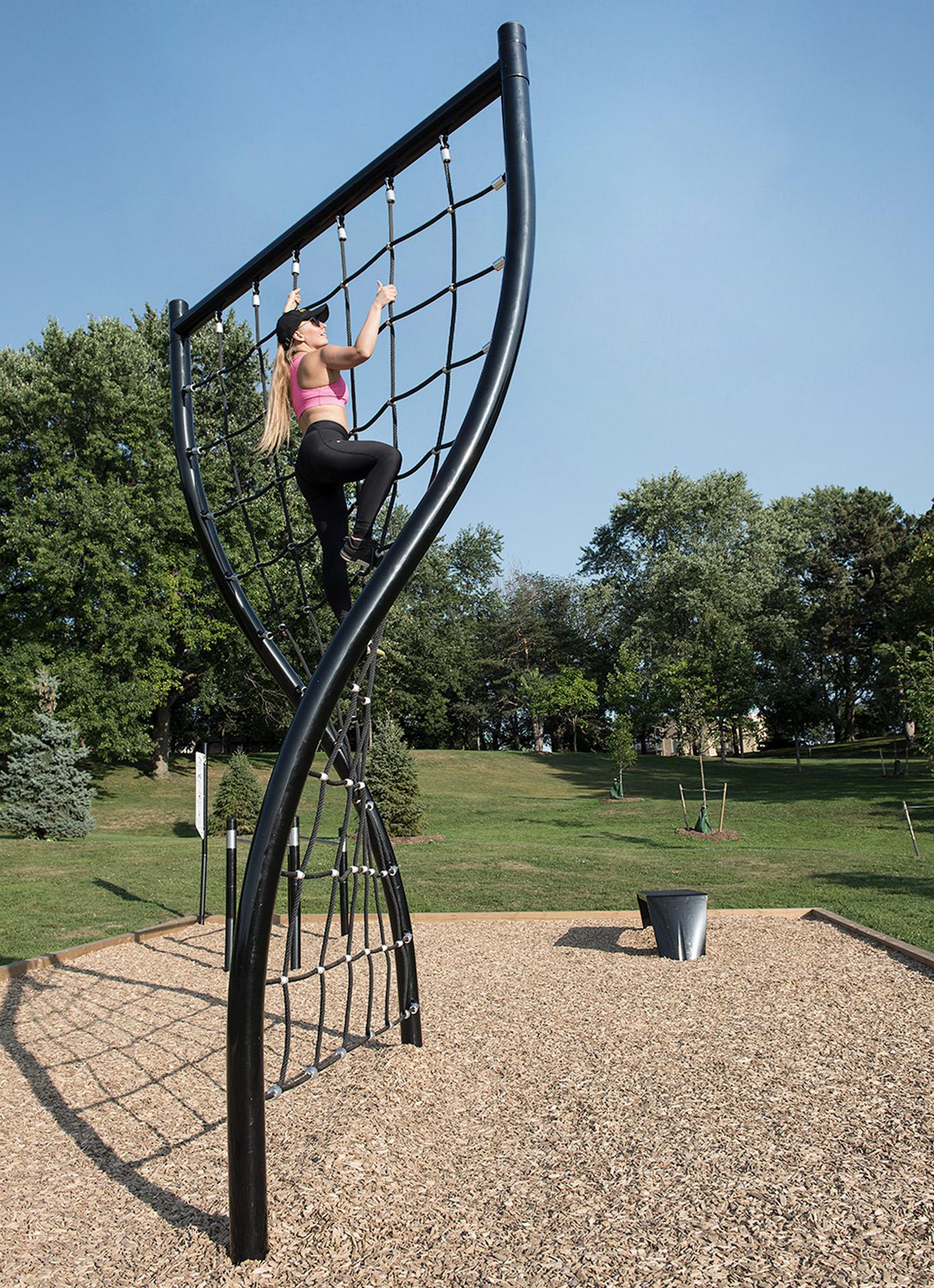 Sport femme extérieur parc escalade